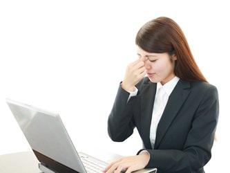 パソコンで目の疲れてる人 画像。千葉県柏市で整体院をお探しなら宮田カイロプラクティック!