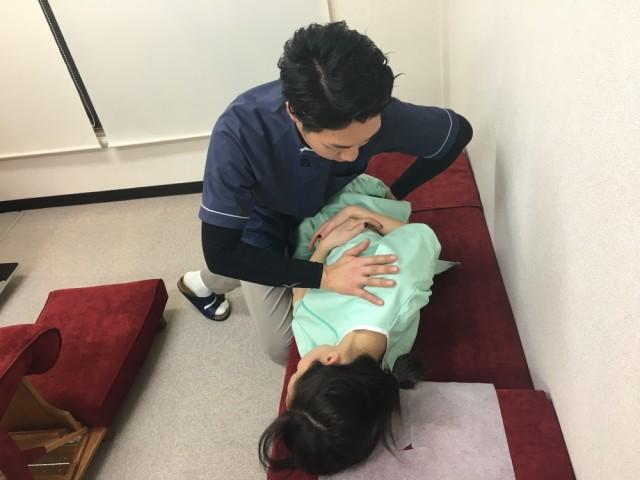ペルビックベンチでの矯正の画像。千葉県柏市で整体院をお探しなら宮田カイロプラクティック!