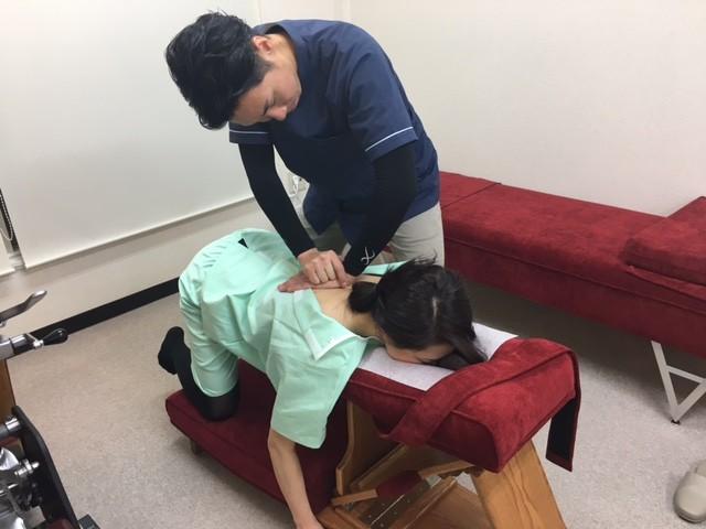 ニーチェストテーブルでの胸椎矯正。柏市で整体なら宮田カイロプラクティックにお任せください。