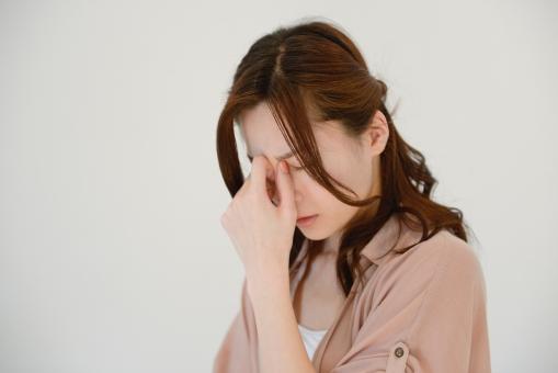眼精疲労の女性の画像
