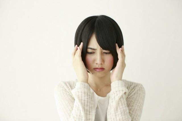 頭痛の女性の画像